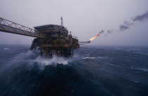 Rough sea on an oil platform. © Philip Plisson / Pêcheur d'Images / AA04231 - Photo Galleries - Storms