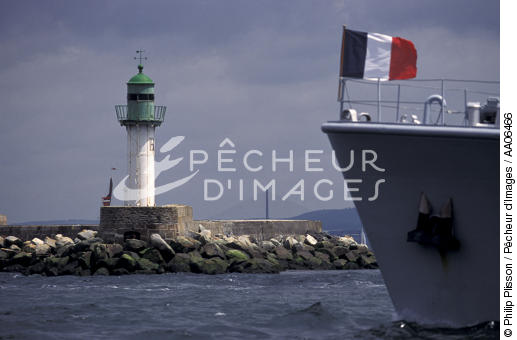 Military vessel arriving in Brest. - © Philip Plisson / Pêcheur d'Images / AA06466 - Photo Galleries - The Navy