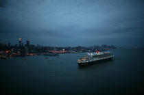 Departure of the Queen Mary II in New York. © Philip Plisson / Pêcheur d'Images / AA07655 - Photo Galleries - Queen Mary II, Birth of a Legend