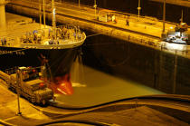 A lock at night on the Panama Canal. © Philip Plisson / Pêcheur d'Images / AA08032 - Photo Galleries - Panama Canal