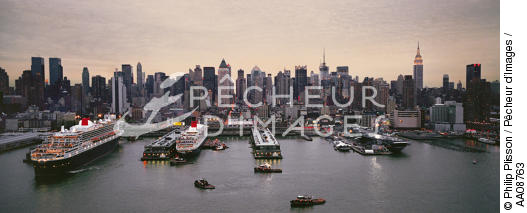 The Queen Mary 2 in New-York. - © Philip Plisson / Pêcheur d'Images / AA08763 - Photo Galleries - Urban