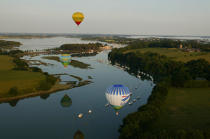 Balloons suspended above the Gulf of Morbihan. © Philip Plisson / Pêcheur d'Images / AA08973 - Photo Galleries - Morbihan