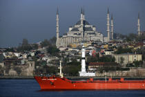 Traffic front of the Blue mosque. © Philip Plisson / Pêcheur d'Images / AA09412 - Photo Galleries - Istanbul, the Bosphorus