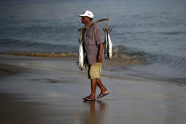 Brazilian fisherman on the beach. © Philip Plisson / Pêcheur d'Images / AA10012 - Photo Galleries - Jangadas from Brazil