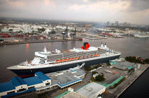 The Queen Mary 2 in Miami. © Philip Plisson / Pêcheur d'Images / AA11420 - Photo Galleries - Queen Mary II [The]