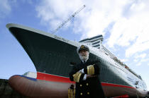 The Captain Ron Warwick front of the Queen Mary 2. © Philip Plisson / Pêcheur d'Images / AA11988 - Photo Galleries - Queen Mary II, Birth of a Legend