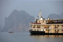 Cruising on Emeraude in Bay of Along © Philip Plisson / Pêcheur d'Images / AA12532 - Photo Galleries - Along Bay, Vietnam
