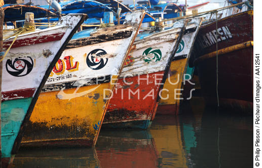 Stems of fishing vessels in Cochin. - © Philip Plisson / Pêcheur d'Images / AA12541 - Photo Galleries - Inshore Fishing in Kerala, India