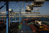 The terminal of container ships in Malta. © Philip Plisson / Pêcheur d'Images / AA14147 - Photo Galleries - Colours of Malta