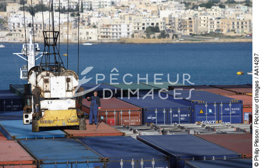Containership in Malta. - © Philip Plisson / Pêcheur d'Images / AA14287 - Photo Galleries - Colours of Malta