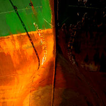 Bow rusty in the port of Piraeus. © Philip Plisson / Pêcheur d'Images / AA17699 - Photo Galleries - Sea decoration