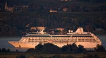 Passenger liner on Garonne river. © Philip Plisson / Pêcheur d'Images / AA18197 - Photo Galleries - Big Cruises
