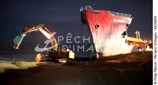 The deconstruction of cargo TK Bremen on the beach of Erdeven. [AT] - © Philip Plisson / Pêcheur d'Images / AA33004 - Photo Galleries - The deconstruction of the TK Bremen