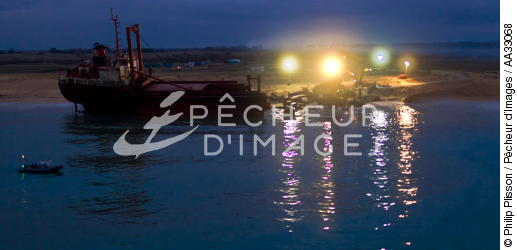 Deconstruction of cargo TK Bremen on the beach of Erdeven [AT] - © Philip Plisson / Pêcheur d'Images / AA33068 - Photo Galleries - Night
