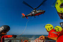 Winching exercise with the boat SNSM Royan © Philip Plisson / Pêcheur d'Images / AA35393 - Photo Galleries - Military helicopter