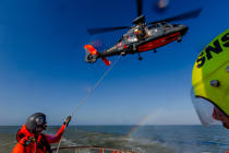 Winching exercise with the boat SNSM Royan © Philip Plisson / Pêcheur d'Images / AA35394 - Photo Galleries - Military helicopter