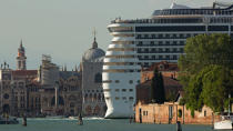 Venise © Philip Plisson / Pêcheur d'Images / AA37668 - Photo Galleries - Maritime Traffic in the lagoon of Venice